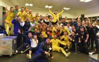 Украинских футболистов сфотографировали в раздевалке после победы