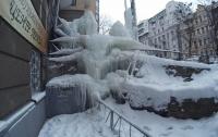 Киевлян шокировала огромная сосулька в центре столицы
