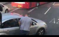 Водитель попытался выпороть автохама ремнем, но что-то пошло не так (видео)