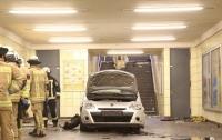 В Берлине автомобиль заехал на станцию метро, есть пострадавшие
