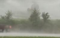 Военный вертолет экстренно приземлился на парковку бара (видео)