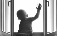 В Запорожье маленький ребенок выпал из окна