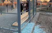 В центре Николаева вандалы разбили вдребезги стеклянную остановку