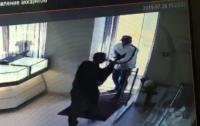 Зашел с ружьем в ювелирку: в центре Киева неизвестный напал на магазин  (видео)