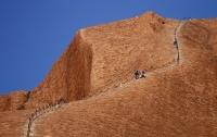 В Австралии запретят взбираться на знаменитую скалу Улуру