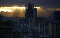 В Венесуэле из-за землетрясения накренился двухсотметровый небоскреб