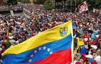 На фоне кризиса власти из Венесуэлы бегут тысячи людей