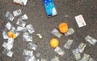 Преступники по почте сбывали спрятанные в конфетах наркотики