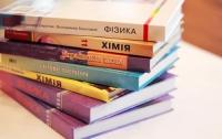 Первоклассники получат все учебники до 1 сентября