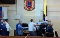 Сломали микрофон и отобрали карточку: Одесские депутаты устроили потасовку (видео)