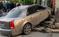 Иномарка на большой скорости влетела в продуктовый магазин в Черноморске