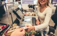 Молодой аферист устроился продавцом в супермаркет и воровал деньги с карточек покупателей