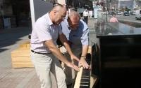 В Киеве впервые сыграли на уличном пианино
