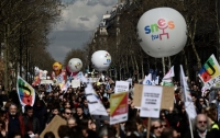 Французы вышли на митинг против своего президента