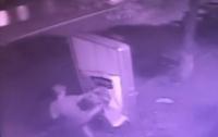 Хулиганская выходка подростка едва не стоила ему жизни: парня спасают в реанимации (видео)