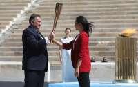 Олимпийский огонь передавали в камерной обстановке