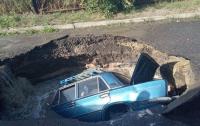 В Полтаве легковушка провалилась под асфальт
