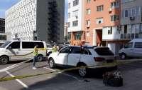 В Харькове мужчина выпрыгнул из окна на крышу автомобиля