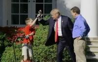 Трамп дал 11-летнему мальчику покосить траву у Белого дома и заявил, что он станет президентом