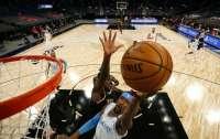 На матче НБА произошла массовая потасовка (видео)