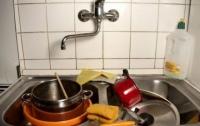 Житель Мариуполя пытался задушить падчерицу из-за грязной посуды