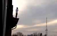 Полицейские Харькова спасли парня, пытавшегося спрыгнуть с крыши