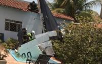 В Бразилии самолет упал на жилой дом, есть погибшие
