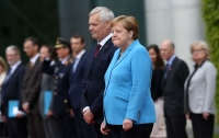 Меркель снова затрясло на людях