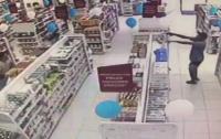 Налетчик заигрался в кошки-мышки с полицейским в аптеке (видео)