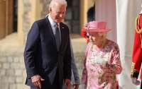 Байден нарушил королевский протокол на встрече с Елизаветой II, - СМИ