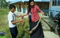 Учительница руками поборола питона и спасла детей