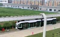 Китай запустил первый в мире поезд со стеклянным полом (видео)