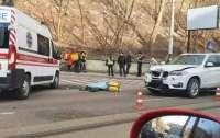 Во Львове автомобиль насмерть сбил курьерку Glovo