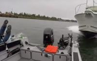 Катер врезался на скорости в лодку с рыбаками (видео)