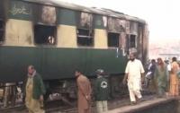 Жуткая авария: в Пакистане пассажирский поезд столкнулся с нефтевозом (видео)