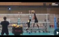 Женская сборная Японии по волейболу тренируется с роботами (видео)
