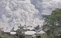 На Суматре извергается вулкан, эвакуированы 7 тысяч человек