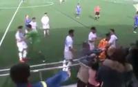 Игрок юношеской испанской команды подрался с болельщиком во время матча (видео)