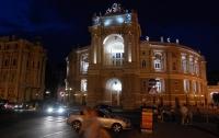 Мужчина устроил стриптиз возле Одесской оперы (ФОТО)