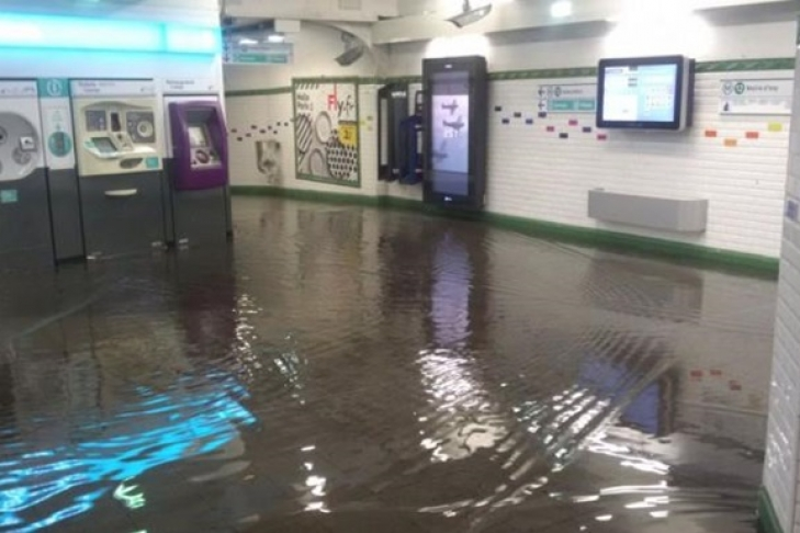 Улицы истанции метро вПариже оказались затоплены врезультате ливня