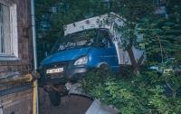 В Киеве хлебовоз чуть не взорвал дом, пострадал мужчина