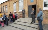 Александр Драников вручил коллективу Долинской школы комплект мебели