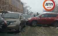 ДТП в Киеве: автоледи на Toyota не вписалась и разбила два авто