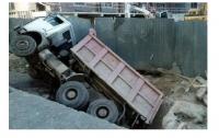 ЧП в Киеве: на территории Охматдета провалился грузовик