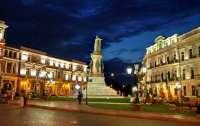 В Одессе неадекватный мужчина устроил шоу с памятником российской императрице (видео)