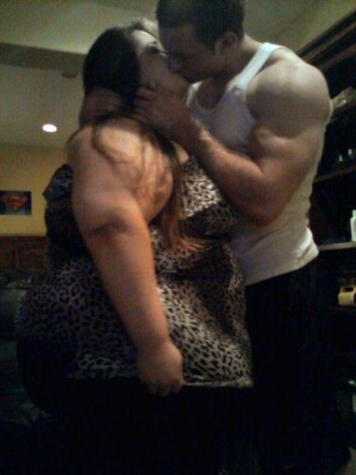 толстуха с толстой целуются