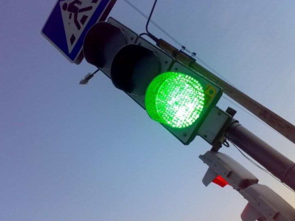 Во Львове мужчина пытался повеситься на светофоре на глазах у прохожих
