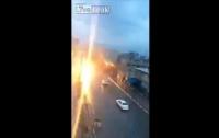 Молния ударила в машину во время движения (видео)