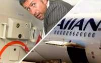 Мужчина пытался покинуть самолет во время перелета