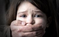 На Днепропетровщине рецидивист развращал маленькую девочку